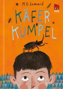 Titelseite des Buchs Käfer Kumpel. Ein imposanter Käfer befindet sich auf dem Kopf eines Jungen.