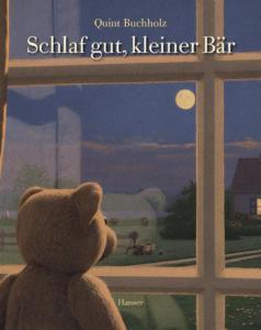 Titelseite des Buchs Schlaf gut kleiner Bär. Ein Plüschbär steht am Fenster und schaut hinaus in die Vollmondbeleuchtete Landschaft.